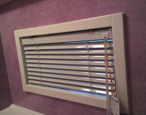 22浴室窓アルミブラインド1