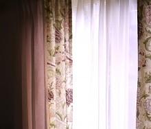 大きな花のモリスのカーテン