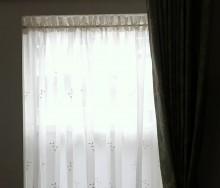 出窓にカフェカーテン