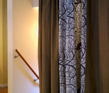 階段室をカーテンで仕切って快適に