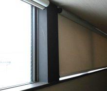 高窓 遮光ロールスクリーン  オーダーカーテン・インテリアリフォームのブライト